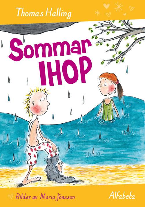 Bokens  omslagär en ritad bild på två barn. Ett badar i en sjö med baddräkt på sig. Det andra barnet står på stranden och håller på att ta av sig sina byxor. Han har kort hår som står taggigt upp.
