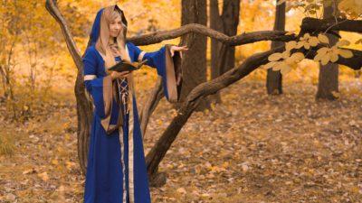 En kvinna som cosplayar som en häxa