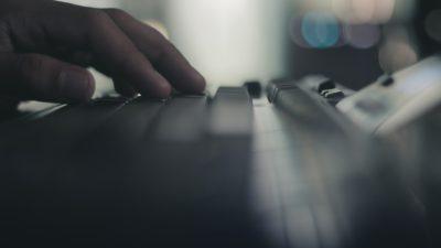 Fingrar på ett tangentbord