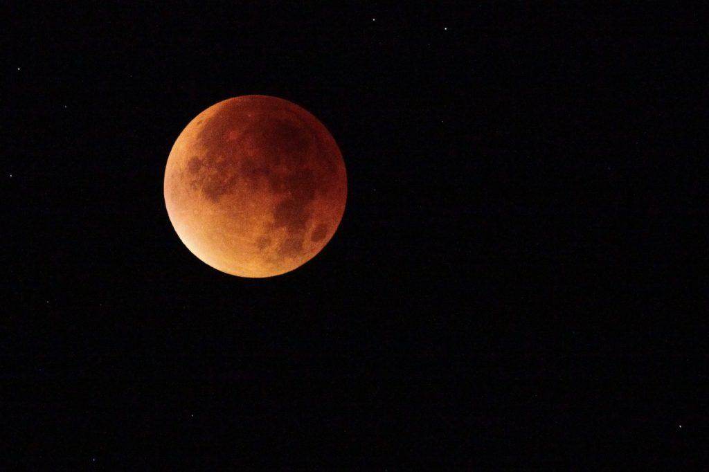 En måne som är röd