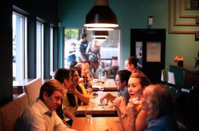 Människor äter på restaurang