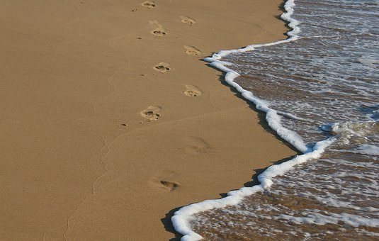 En sandstrand med fotsteg