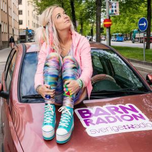 Amelie Nörgaard sitter på en bil.