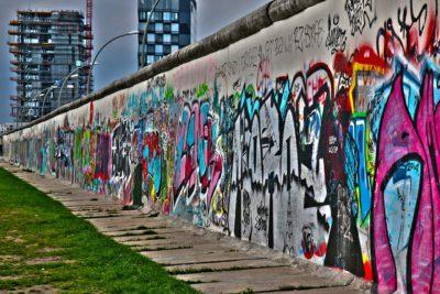 En del av Berlinmuren med grafitti på.