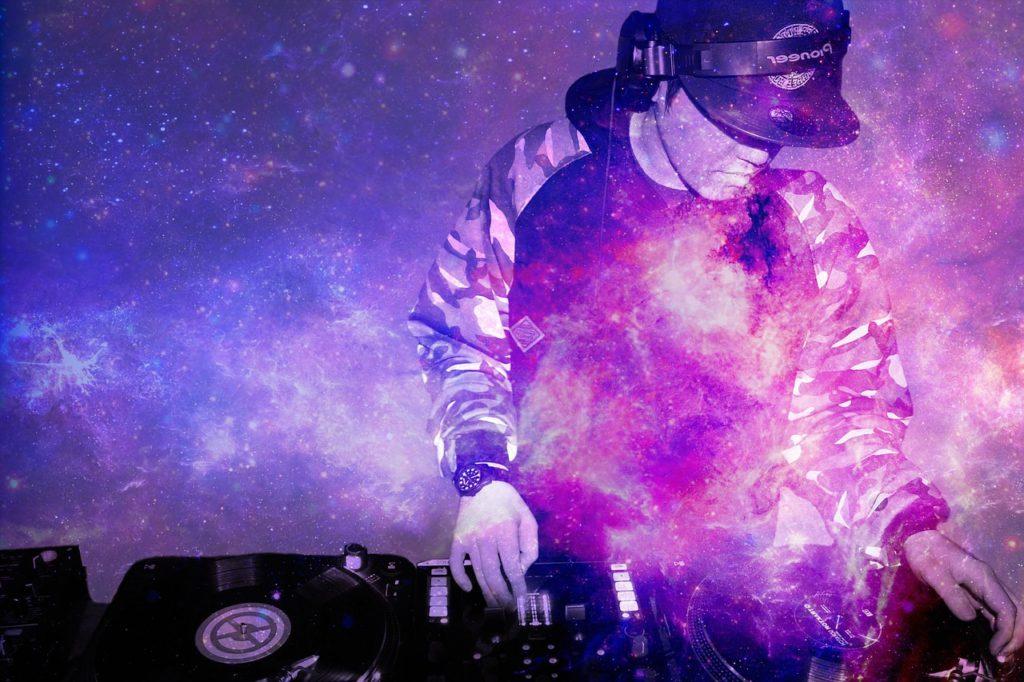 En DJ som spelar hiphop-musik.