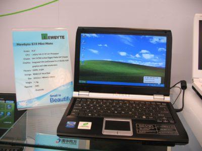 En dator som visar en bakgrundsbild med grönt gräs och blå himmel