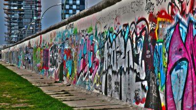 En del av Berlinmuren med grafitti