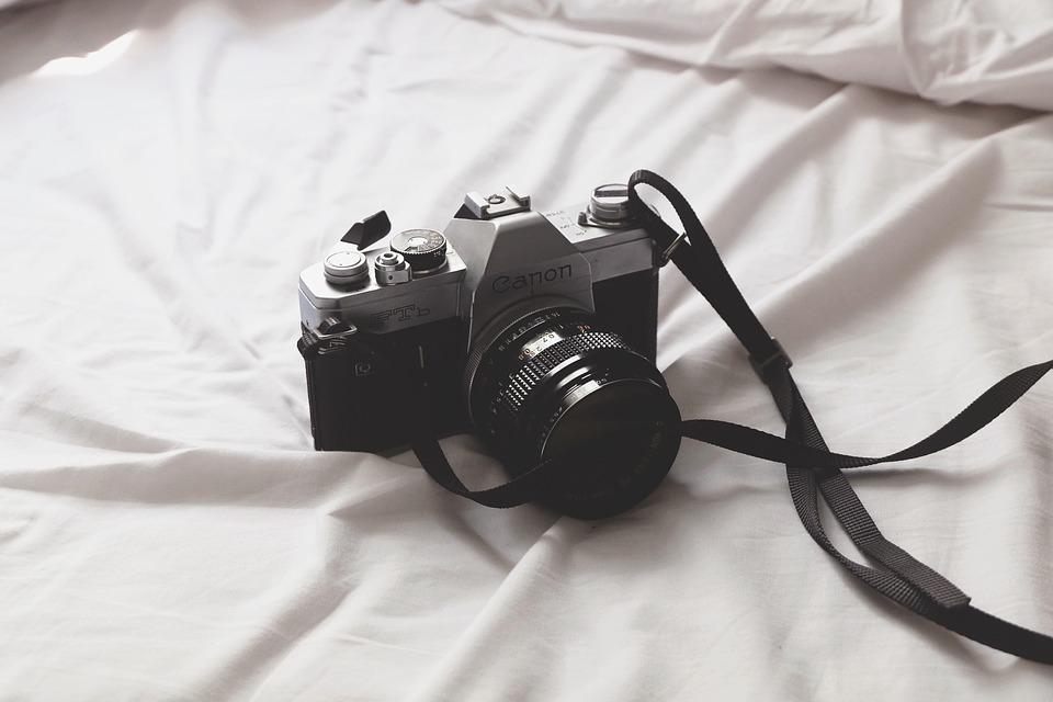 En Canon kamera på en säng