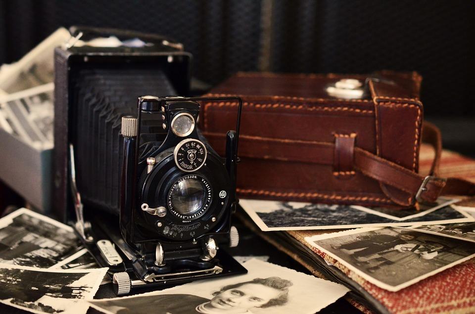 En gammal kamera och gamla fotografier