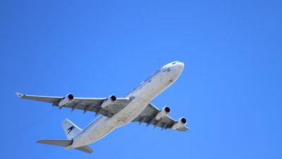 Ett flygplan som håller på att lyfta.