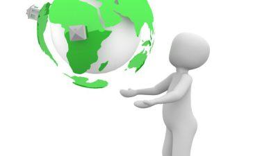 En tecknad gubbe står och håler jorden i sina händer.