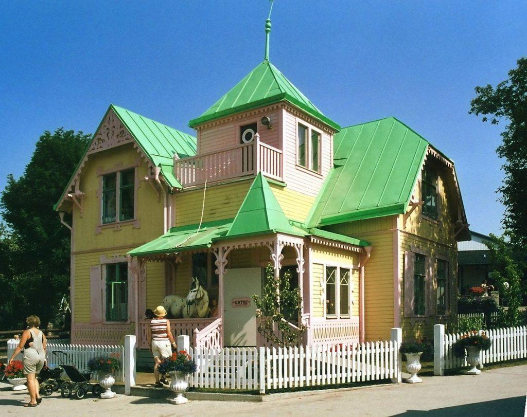 Villa Villekulla med sina gula väggar och gröna tak.