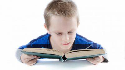 Ett barn läser en bok