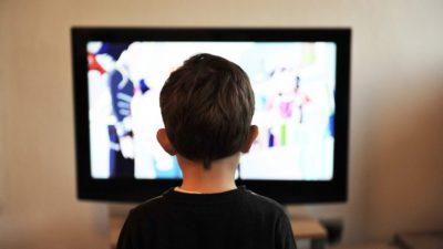 Ett barn sitter framför tv:n.