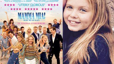 Gänget i Mamma Mia 2 står och poserar. Bredvis är Lily som recenserar filmen.