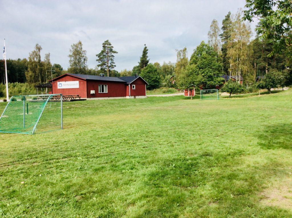 Bild på gräsmattan på en fotbollsplan utan linjer.