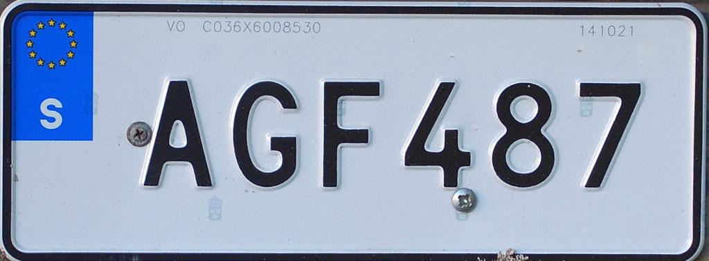En registreringsskylt med bokstäverna AGF och siffrorna 487