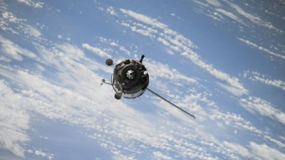 En satellit som är högt ovanför jorden.