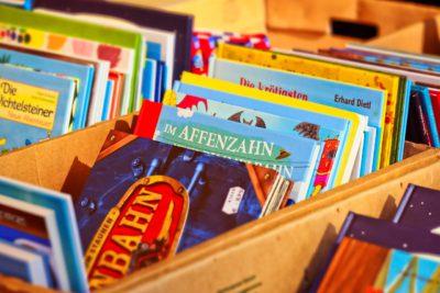 Barnböcker i trälådor