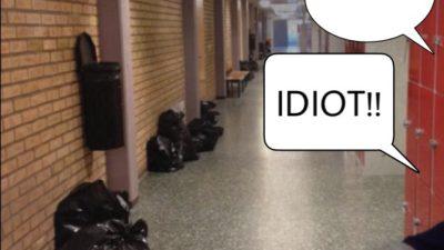 """I en skolkorridor säger någon till en annan """"ingen vill ha dig"""", """"tjockis"""", """"idiot!!"""""""