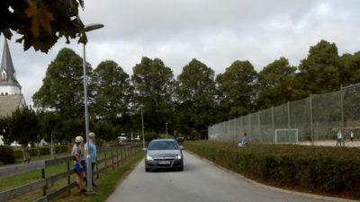 Bild på bil som kör på smal väg.