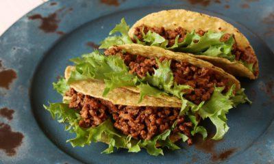 Tacoskal fyllda med färs och salladsblad