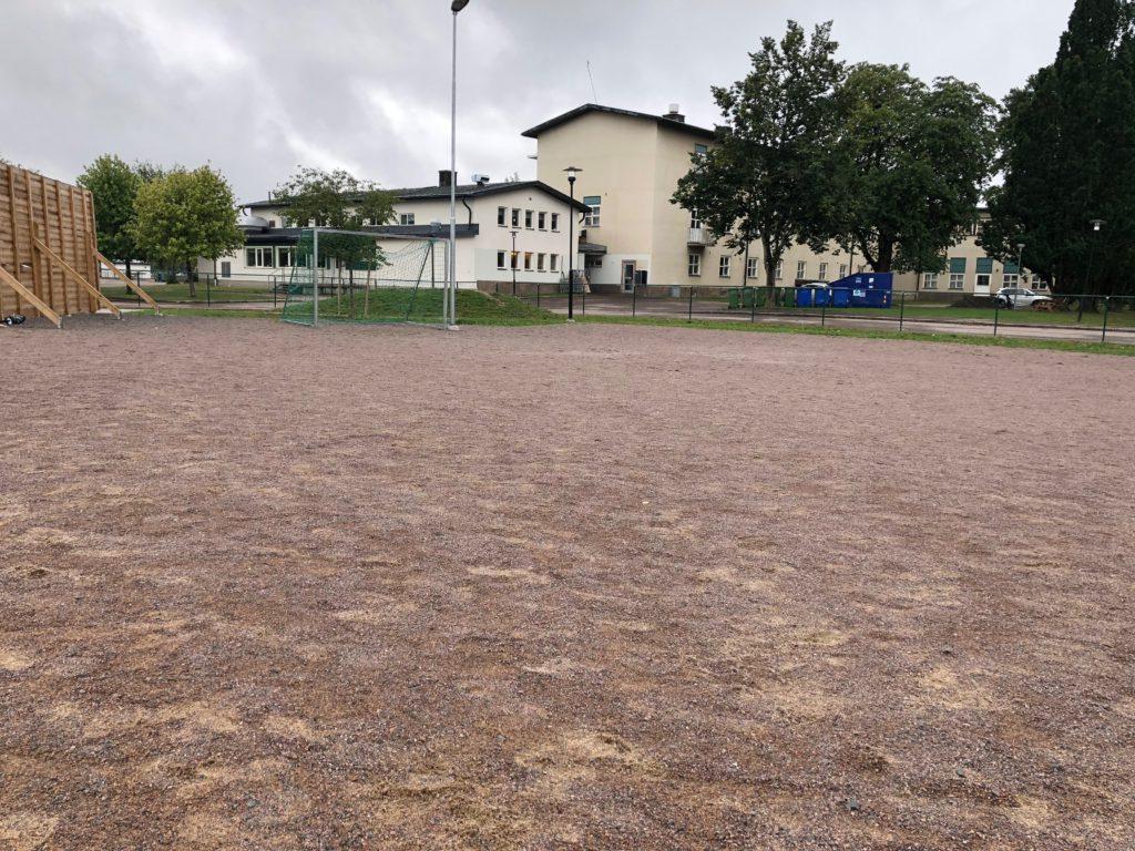 Bild på en fotbollsplan med grus.
