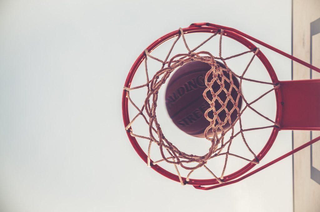 En basketkorg med en basketboll i