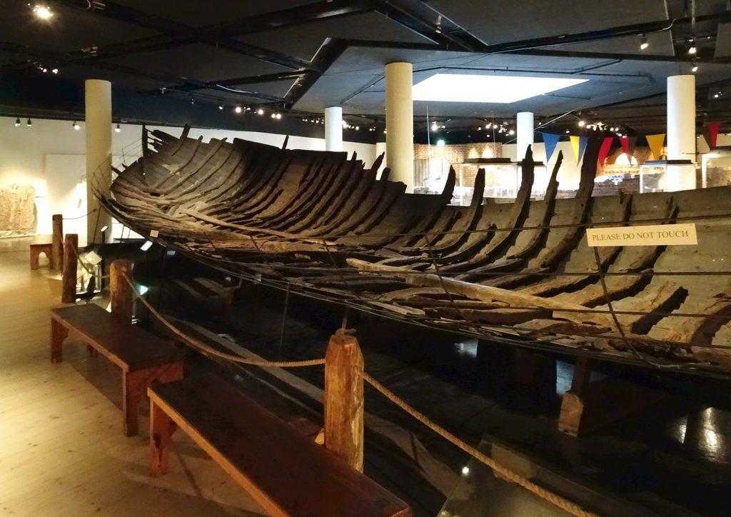 Bitar av ett träskepp på Medeltidsmuseet i Stockholm