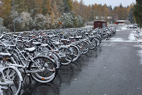 Cyklar med snö på.