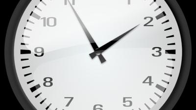 En klocka som visar fem i två