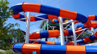 En orange och blå vattenrutschbana
