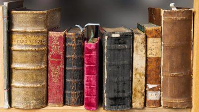 Gamla böcker i en bokhylla