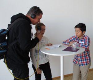 Minireportrarna Julia Moström och Bilal Demiri intervjuas av radio.
