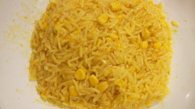 En tallrik med ris och majs