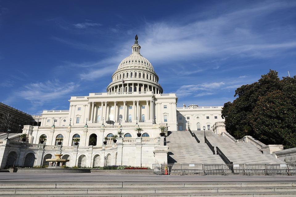 Capitol Hill i USA. Ett stort vitt hus med en kupol och trappor som leder upp.