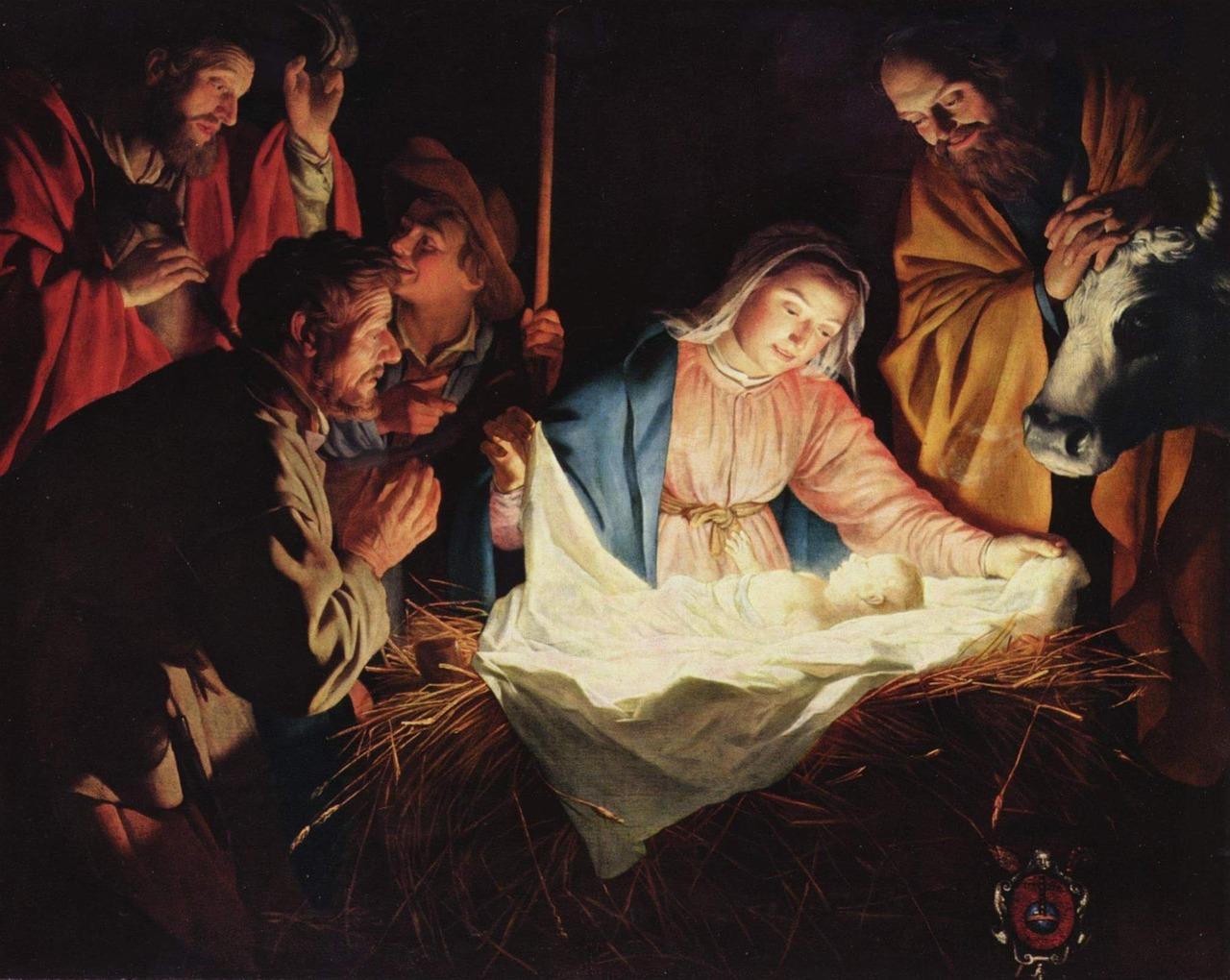 Jesus ligger i en krubba. Över honom böjer sig Maria, Josef och herdarna. Bredvid står en ko.