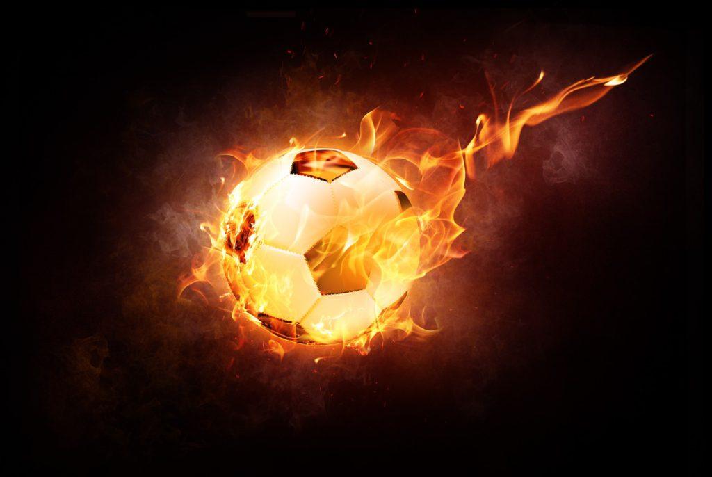 En brinnande fotboll som flyger genom luften.