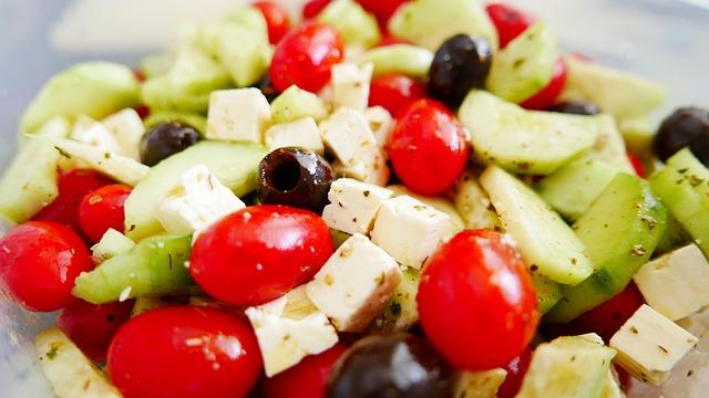 Närbild på grekisk sallad.