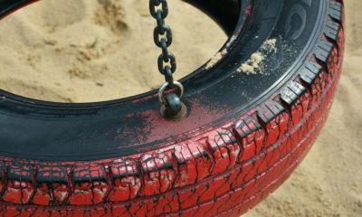 En svart och röd däckgunga