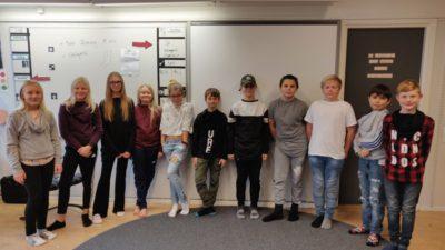 Eleverna i klass 5 på Sjösa skola har snurrat sina tröjor på bilden.