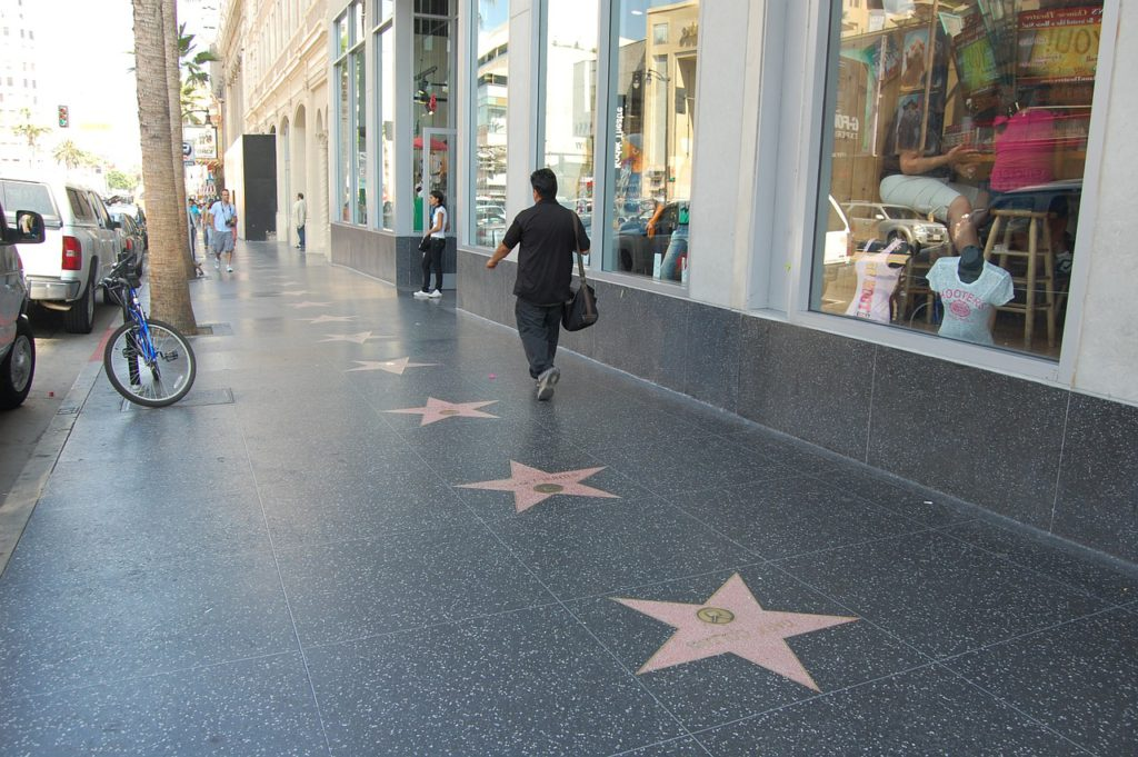 Röda stjärnor på trottoaren på Hollywood Walk of Fame