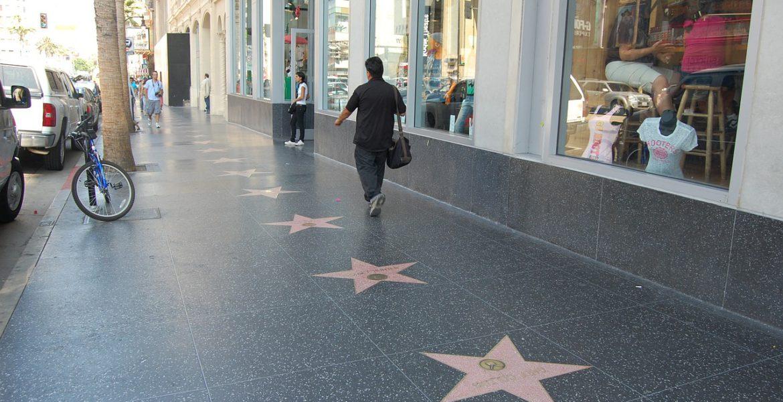 Röda stjärnor på trottoaren på Hollywood Walk of Fame