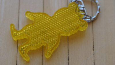 En gul reflex i form av en björn