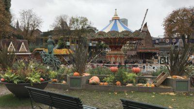 En park med en staty på Tivoli i Köpenhamn.