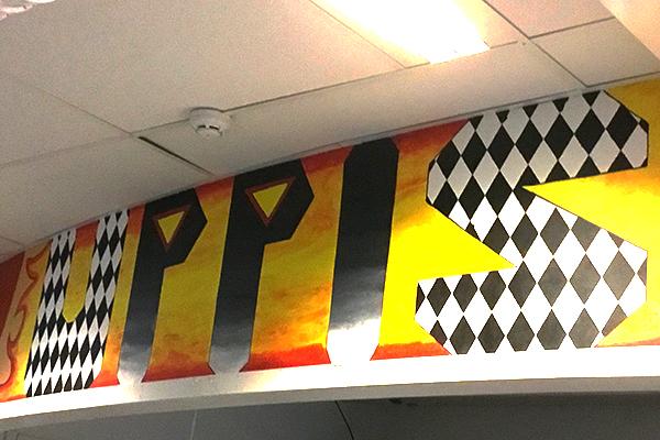 """Foto på en målad skylt där det står """"Uppis"""""""