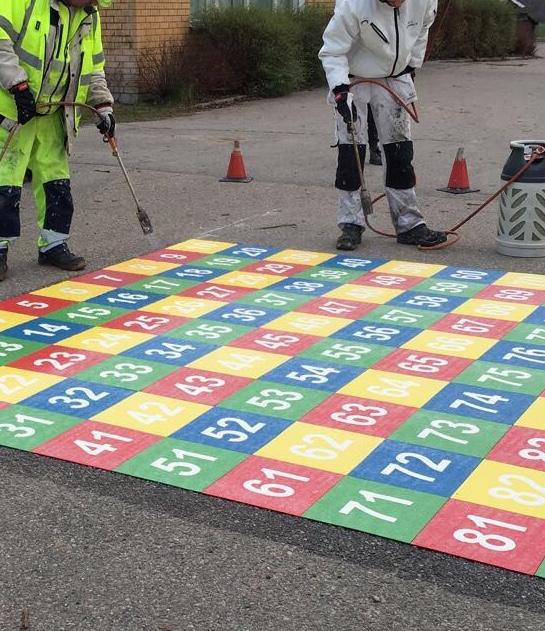 En stor kvadrat som består av mindre färgglada kvadrater med siffrorna 1 - 100 i sig.
