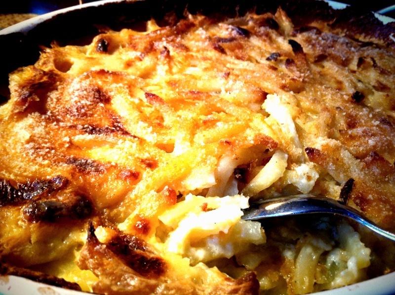En närbild på en jansson frestelse. Det är en gratäng där potatisen är riven i strimlor och sen lagad i ugnen.