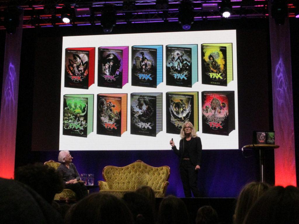 De 10 PAX-böckerna på en skärm som Ingela står framför och berättar om dem.