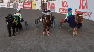 Vinnarna i ponnytravet står i rad på travbanan